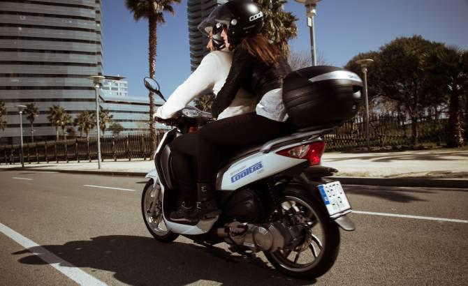 - Imagen de una moto eCooltra que ilustra nuestro artículo accidente en moto eCooltra