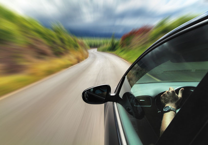 Imagen que representa que el exceso de velocidad es delito